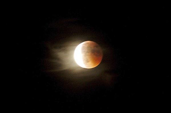 Plan raproché de la Lune partiellement éclipsée.